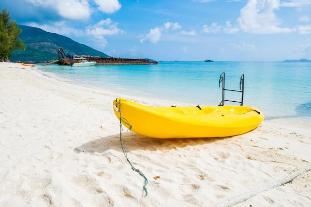 Activité de bateau de kayak et cristal de mer de sable blanc