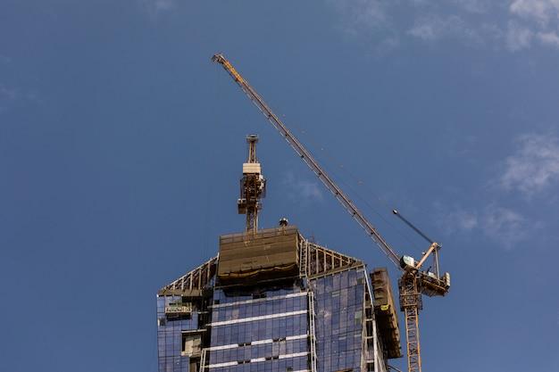 Activité de construction au centre-ville de dubaï à dubaï, émirats arabes unis. dubaï est la ville et l'émirat les plus peuplés des émirats arabes unis