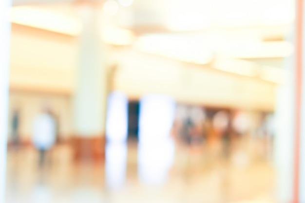 Activité de gens d'affaires debout et marchant dans le hall flou.
