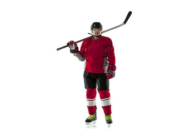 Activité. joueur de hockey masculin avec le bâton sur le court de glace et le fond blanc. sportif portant un équipement et un casque pratiquant. concept de sport, mode de vie sain, mouvement, mouvement, action.