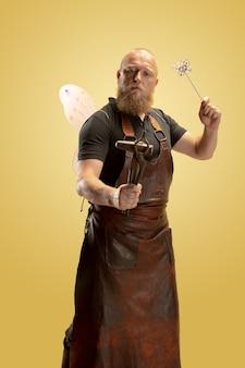 Activité de loisirs image comique de l'homme chauve barbu tablier ou uniforme en cuir de forgeron