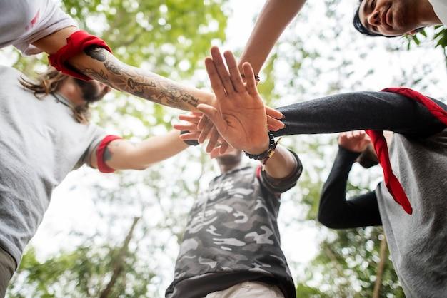 Activité d'orientation en équipe de plein air