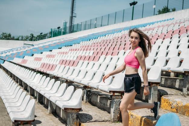 Activité physique de remise en forme chez les adolescents pour les adolescents jeune fille sportive faisant de l'exercice en cours d'exécution
