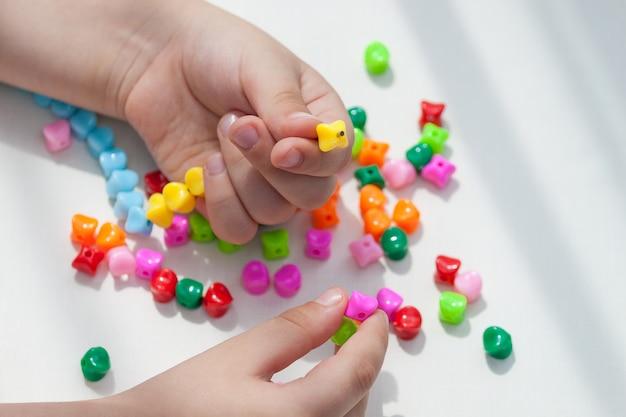 Activité pour enfants pour favoriser le développement, la motricité, la réflexion, la coordination.