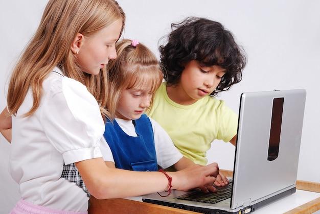 Activités enfants sur ordinateur portable mis sur le bureau, isolé