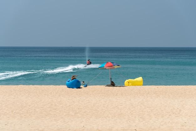 Activités sur la plage de la mer de phuket