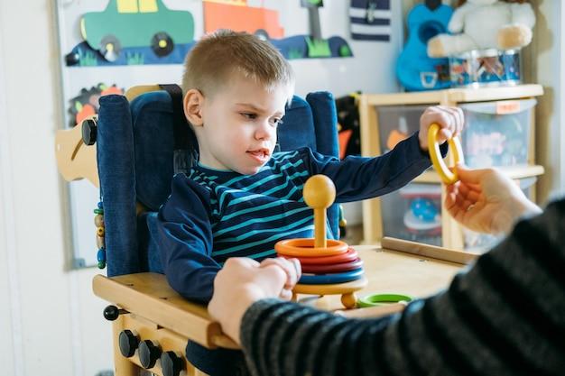Activités pour enfants handicapés activités préscolaires pour enfants à besoins spéciaux garçon avec