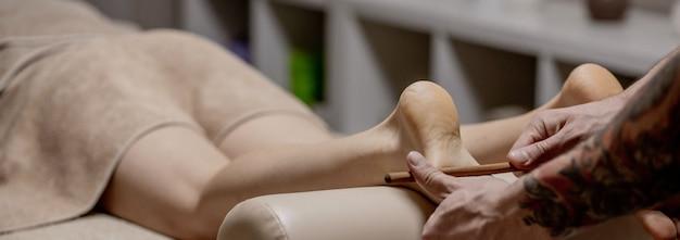 Acupression, réflexologie. la médecine naturelle, la réflexologie, le masseur de pied d'acupression opprime les points de flux d'énergie.