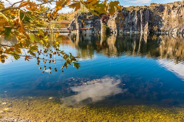 Adala canyon en automne avec des feuilles d'automne sur les arbres reflétant dans un joli étang. izmir provnce, turquie
