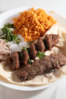 Adana kebab turc avec des légumes sur l'assiette