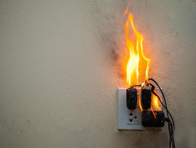 Sur l'adaptateur d'incendie à la prise de courant sur fond blanc