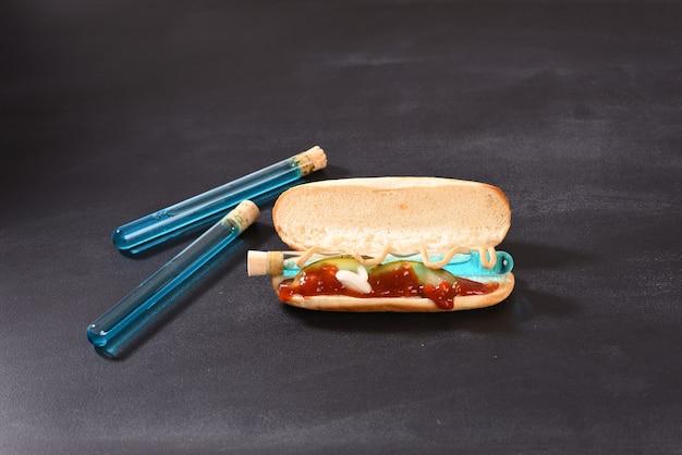 Additif alimentaire chimique et peinture en nutrition liquide bleu dans le verre de laboratoire