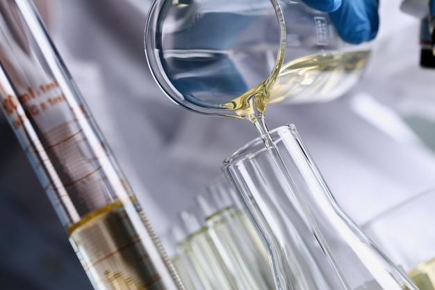 Additif d'essence liquide jaune renversé