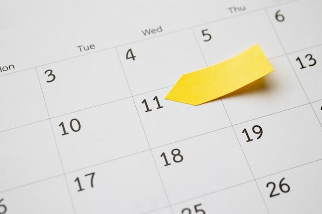 Adhésif collant jaune blanc post note planificateur de papier avec espace sur l'arrière-plan de la page de calendrier pour la planification d'entreprise rendez-vous concept de réunion
