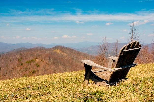 Adirondack chair surplombant les montagnes