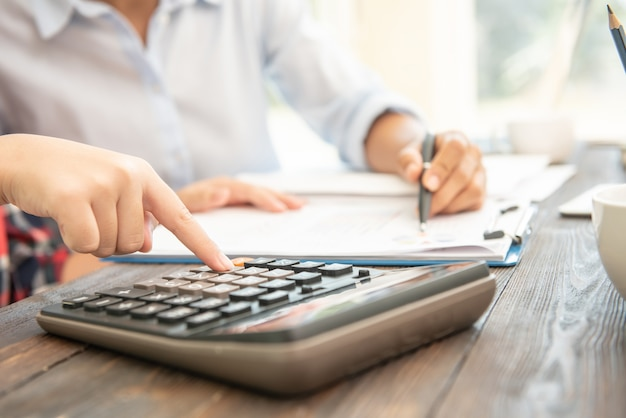 Administrateur homme d'affaires inspecteur financier et secrétaire faisant rapport, calcul du solde.