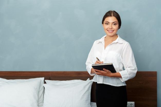 Administrateur de l'hôtel écrit dans le presse-papiers