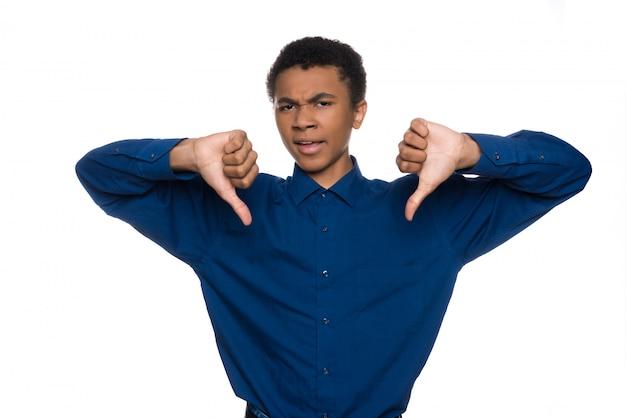Un adolescent afro-américain mécontent montre son geste