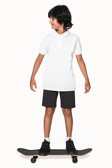 Adolescent afro-américain en polo blanc t-shirt tournage de vêtements pour jeunes