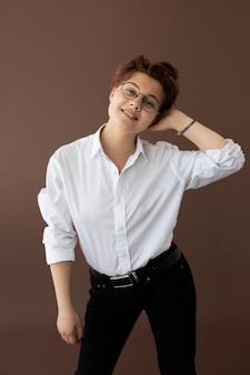 Adolescent androgyne dans des vêtements élégants