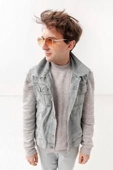 Adolescent à angle élevé avec des lunettes de soleil