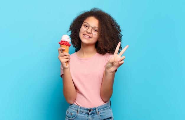 Adolescent assez afro souriant et semblant heureux