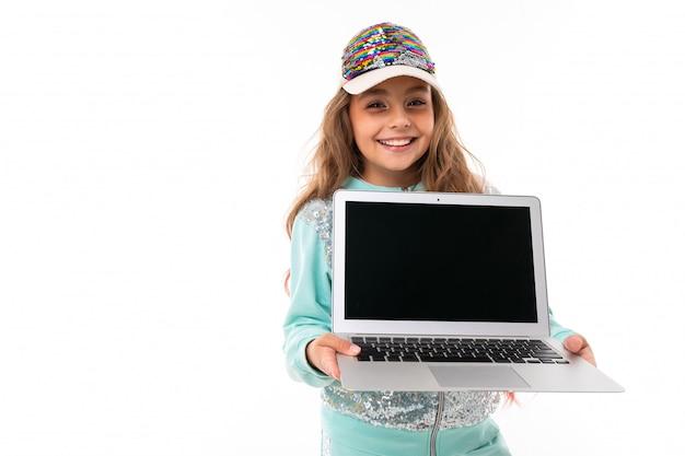 Adolescent assez sport sourit, portrait isolé sur blanc