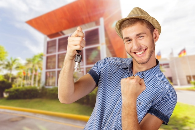 Adolescent attrayant tenant des clés de voiture