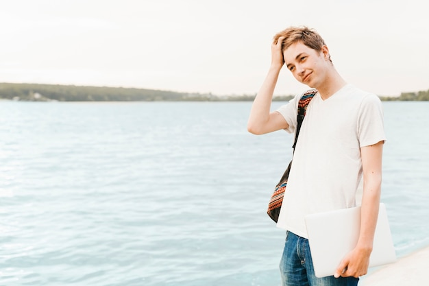Adolescent au bord du lac