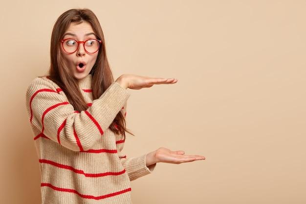 Adolescent au gingembre portant des lunettes rouges