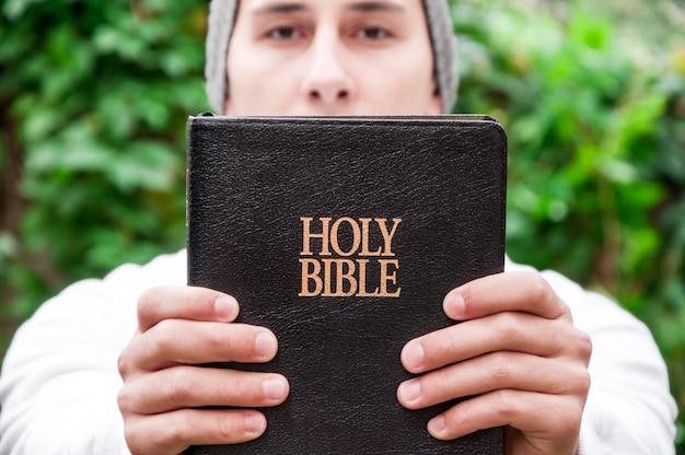 Adolescent avec la bible