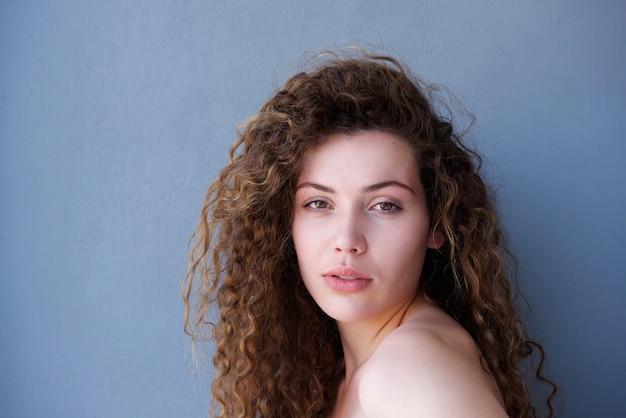 Adolescent en bonne santé avec une peau rougeoyante regarder