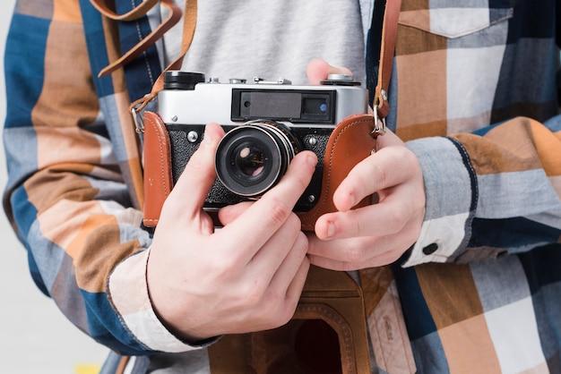 Adolescent avec caméra
