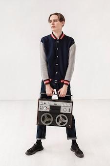 Adolescent avec cassette