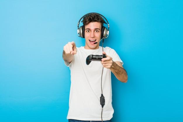 Adolescent, caucasien, utilisation, écouteurs, et, contrôleur de jeu