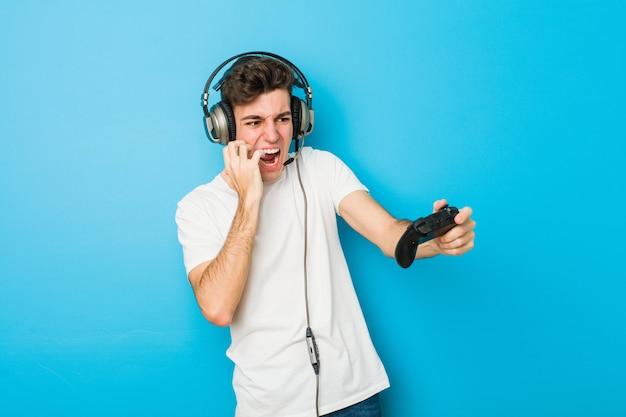 Adolescent, caucasien, utilisation, écouteurs, jeu, contrôleur