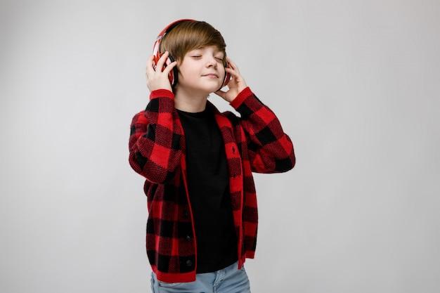 Adolescent en clother et écouteurs à la mode