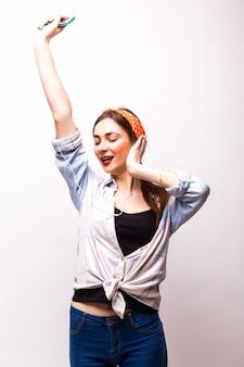 Adolescent danse heureux avec les bras