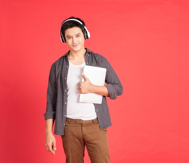 Adolescent écouter de la musique via des écouteurs sur ordinateur portable