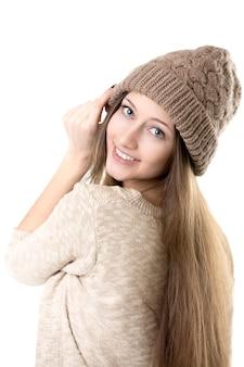 Adolescent essayant un chapeau tricoté