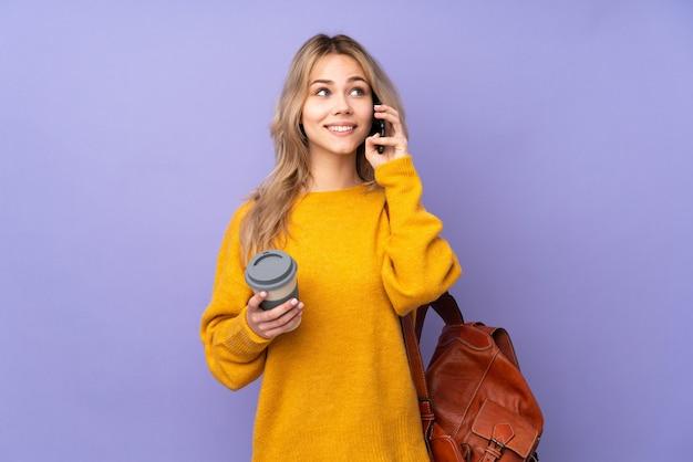 Adolescent étudiant fille isolée tenant un café à emporter et un mobile