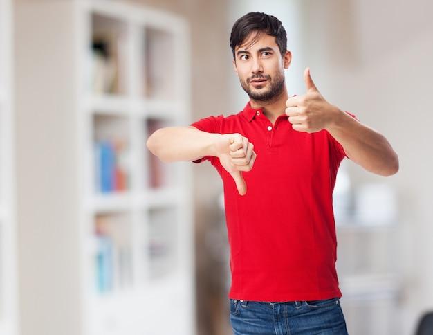 Adolescent faisant des gestes de la main confused