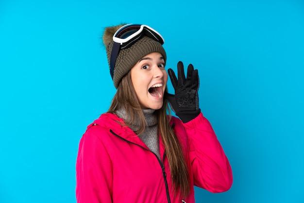 Adolescent femme avec chapeau d'hiver