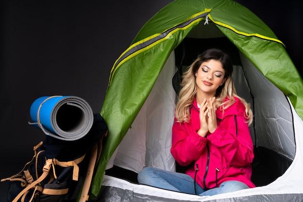 Adolescent, femme, intérieur, camping, vert, tente, isolé, noir, mur, intriguer