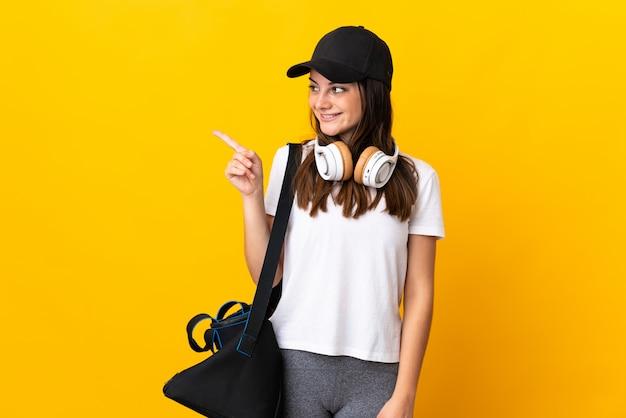 Adolescent fille brésilienne avec peigne à cheveux sur isolé