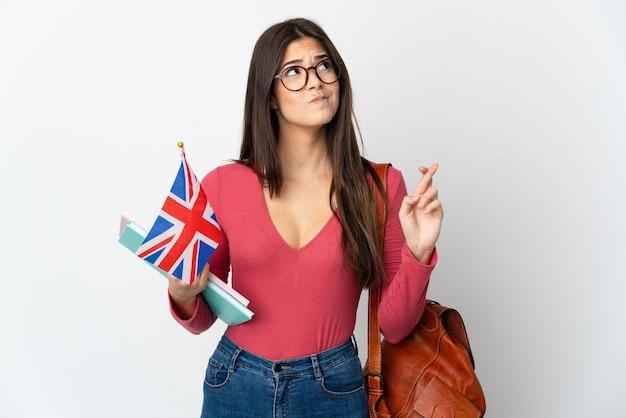 Adolescent fille brésilienne tenant un drapeau du royaume-uni isolé