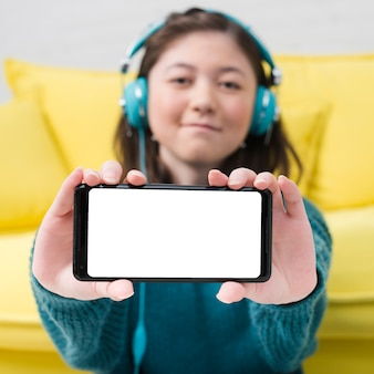 Adolescent fille montrant un smartphone