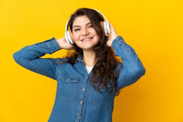 Adolescent fille russe isolé écoute de la musique