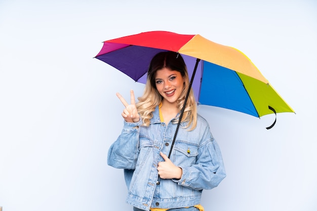 Adolescent fille russe tenant un parapluie