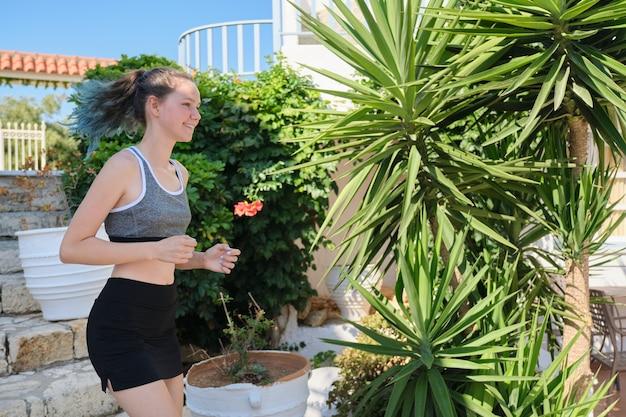 Adolescent de fille de sports de course en plein air, journée ensoleillée d'été, mode de vie sain et actif de la jeunesse, espace de copie